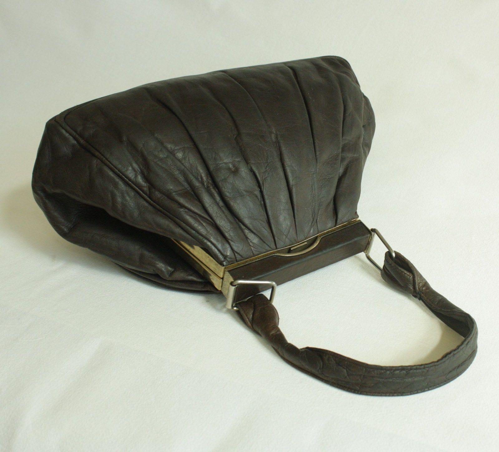 cf212b9ab2 Kabelka z jemné kůže pro milovnice první republiky Krásná prvorepubliková  kabelka z hnědé jelenice. Má kónický tvar