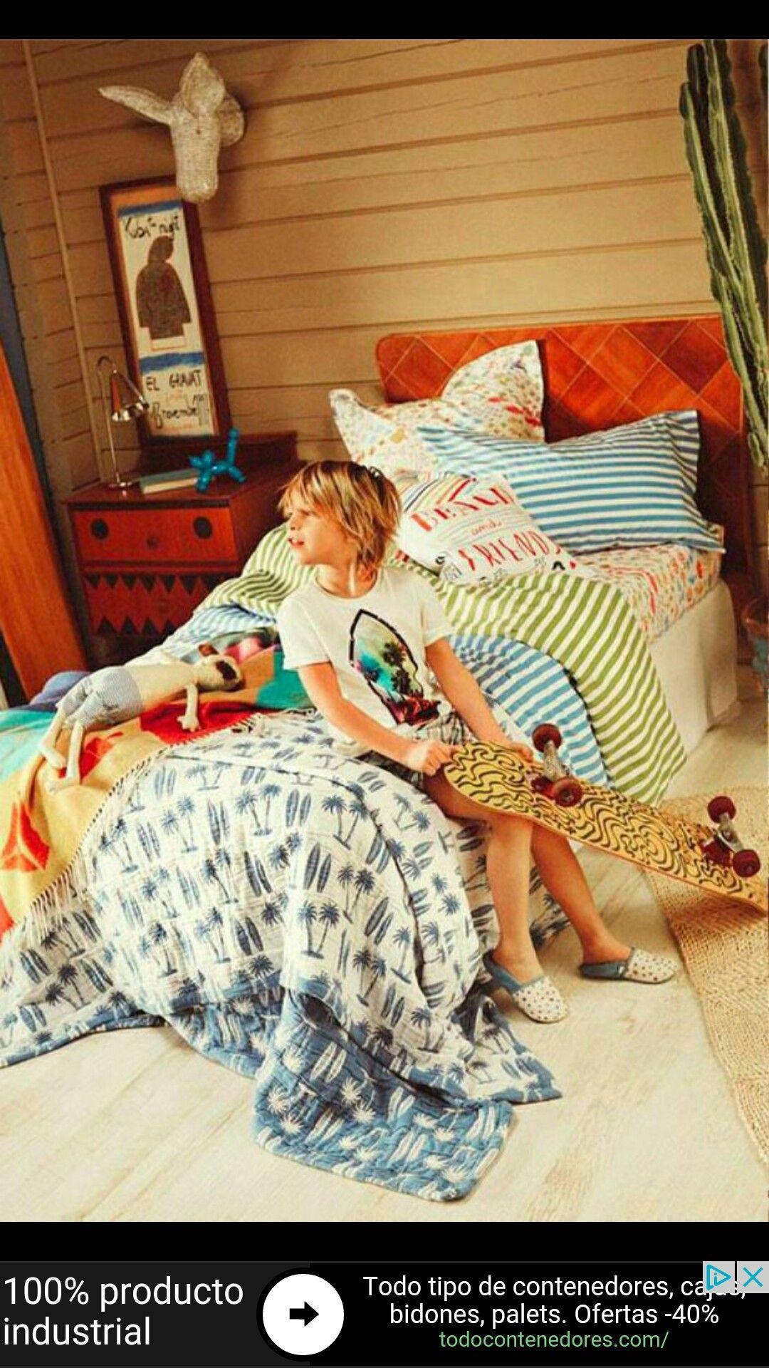 Dormitorio muy cálido. La pintura de la mesita de noche le da el toque infantil