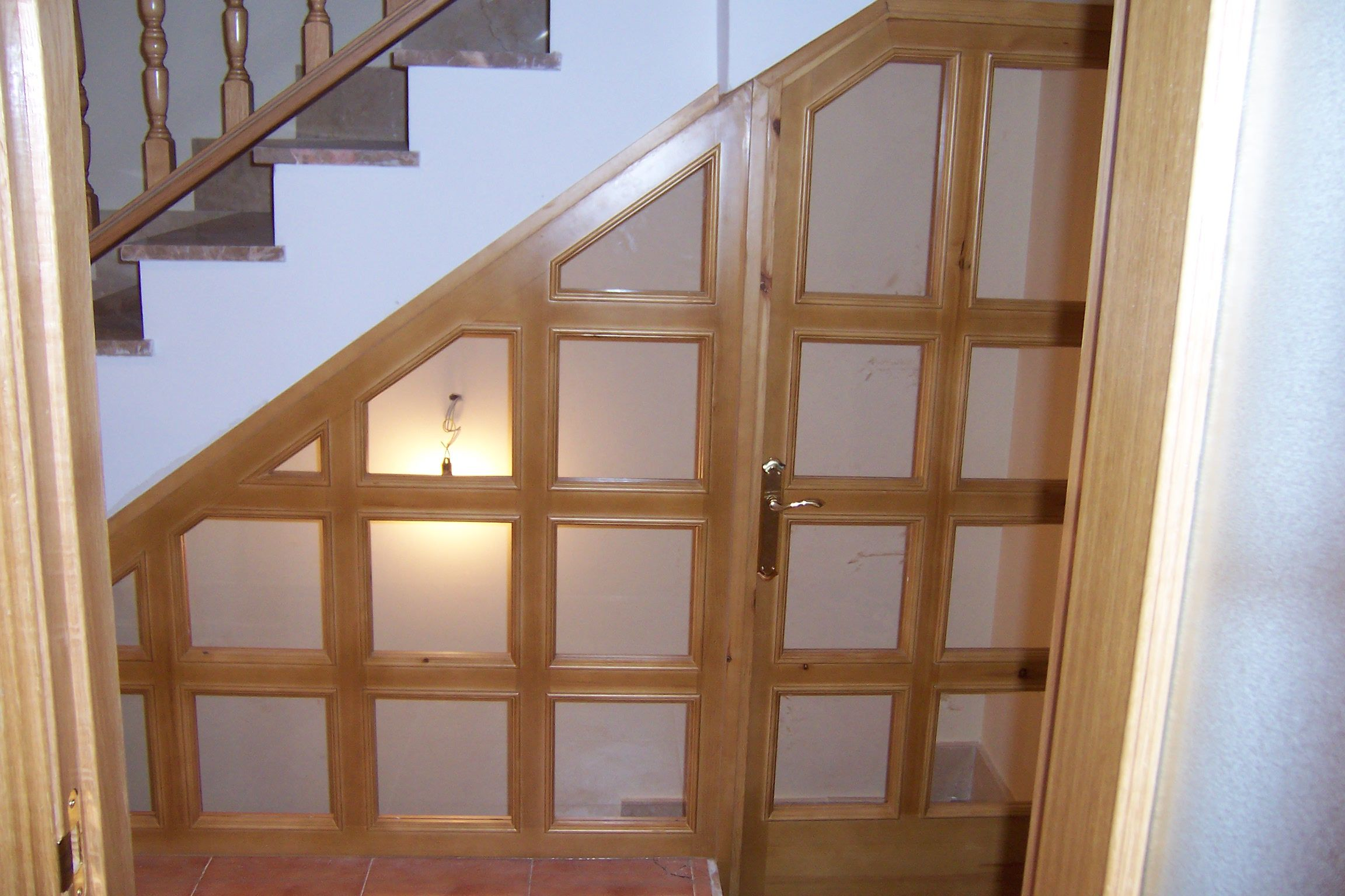 Cerramiento bajo escalera que aisla y separa la entrada de - Puerta entrada vivienda ...