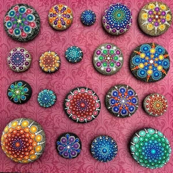 Mandala Stones come colorare fantastici mandala su pietre (VIDEO) is part of Mandala stones, Stone painting, Rock painting patterns, Stone art, Mandala, Dot art painting - Come dipingere i mandala su pietre  Dipingere i mandala su pietre, ecco una forma d'arte davvero rilassante e nello stesso tempo divertente che vi permetterà di dare vita a creazioni uniche e originali