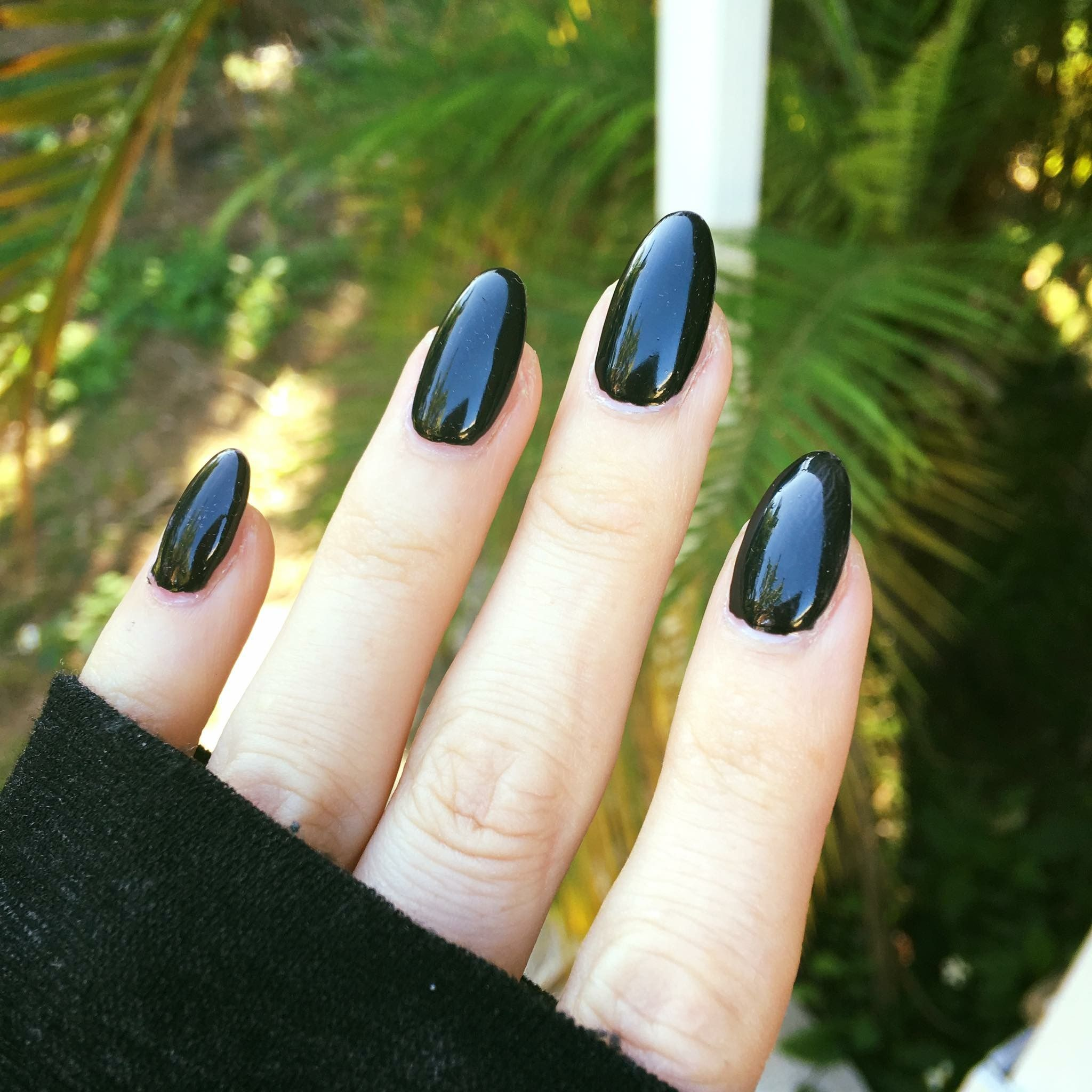 Black almond shaped nails | Unhas | Pinterest