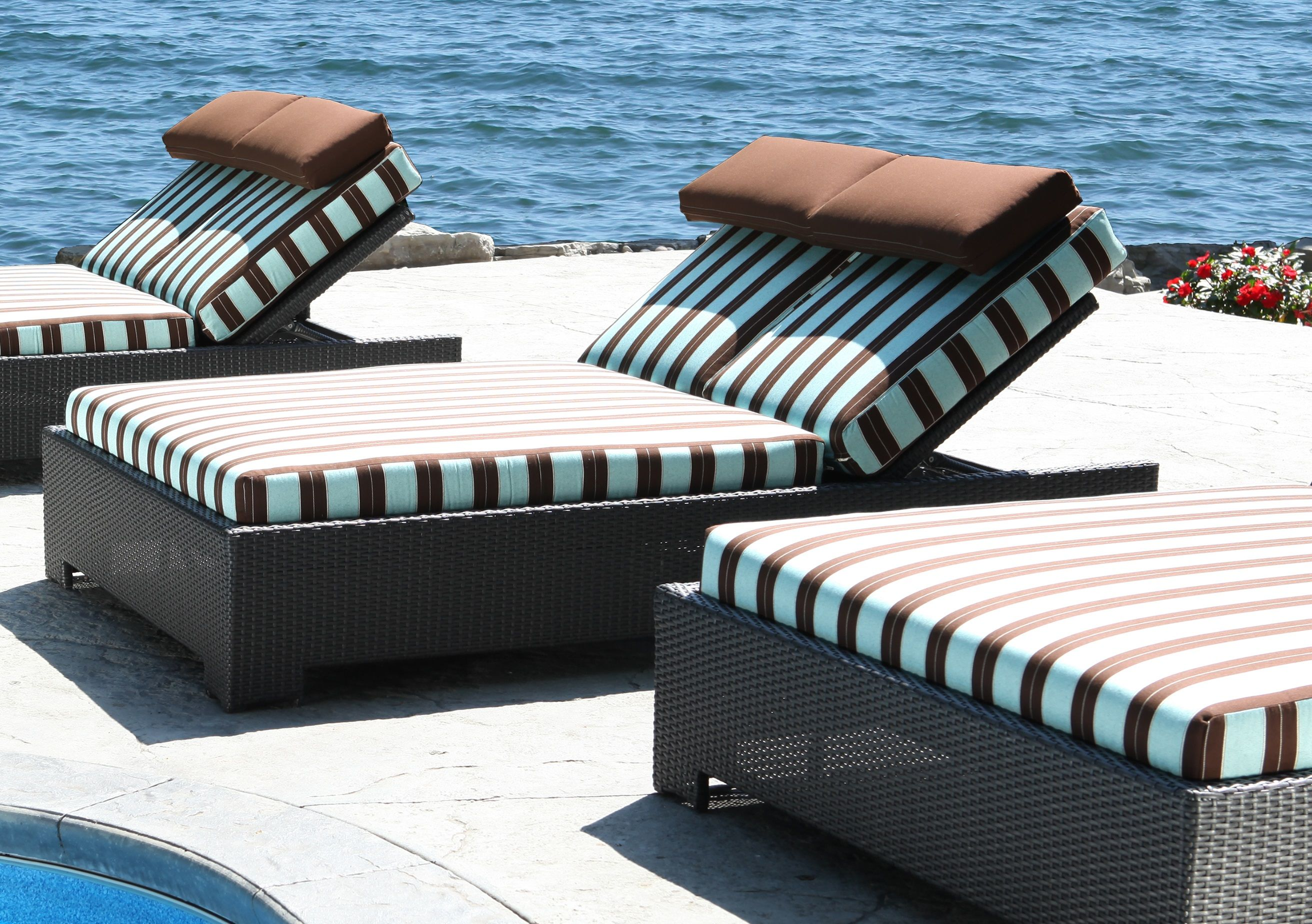 Tips for choosing between a daybed and chaise lounge from for Cabana chaise lounge