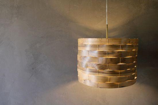 Lámpara de techo hecha con tiras de lámina de madera Habitación