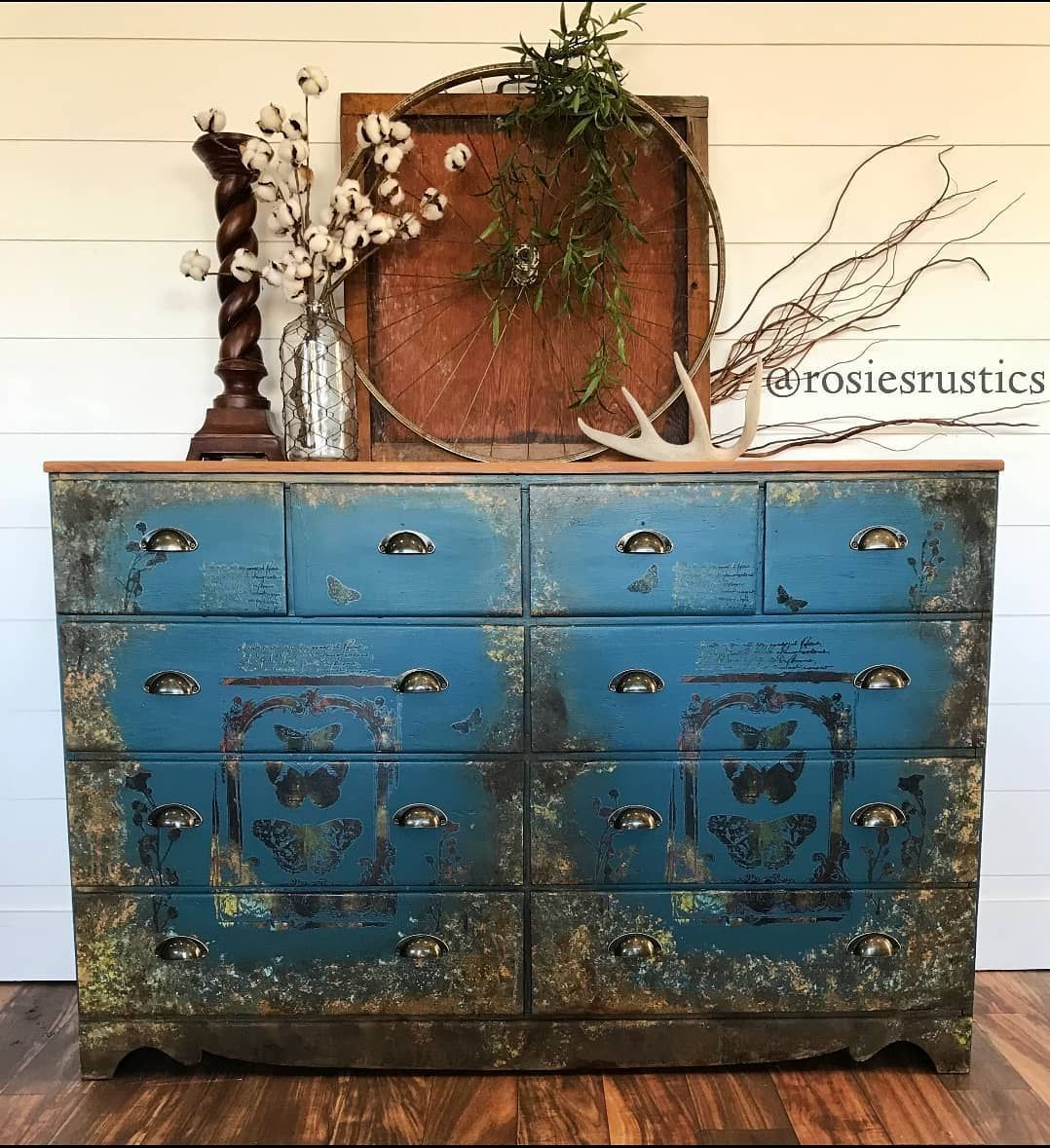 What a stunning piece by Rosie's Rustics. She used Maisie and Willows Steampunk II decor Transfer. #myvintagehome #dailydecordose #myhomevibes #cornerofmyhome #upcycledhome #upcycledfurniture #relovedfurniture #furnitureflip #adoredandrestored #furnituremakeover #fleamarketstyle #paintedfurniture #handpaintedfurniture #recycledfurniture #furniturererehab #furniturepainter #furnituretransformation #relovedfurniture #restoredfurniture #diyfurnituremakeover #restyledfurniture #repurposedfurniture
