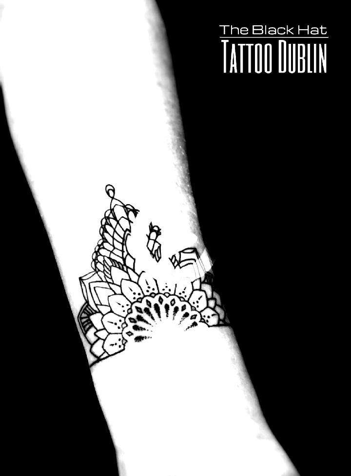tatouage de style mandala délicat - une très petite idée de tatouage au poignet #wristtattoos