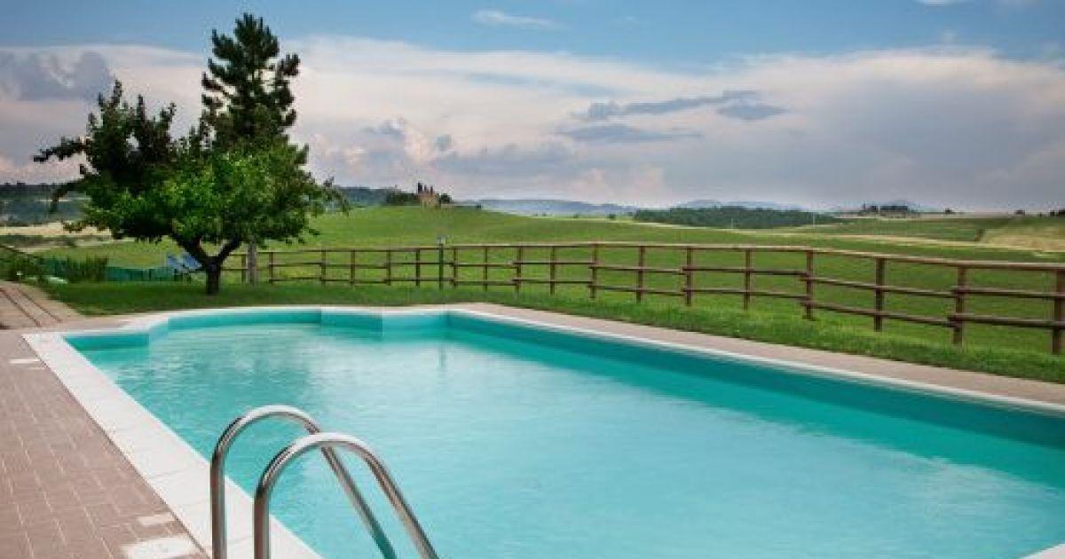 Le béton est un matériau de choix pour une piscine enterrée traditionnelle. Solide et résistant, il permet de belles réalisations. Découvrez tous les avantages d'une piscine maçonnée.
