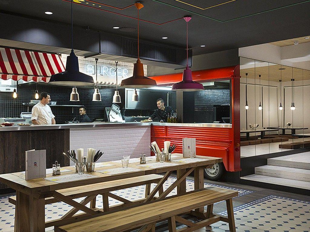 Installation Du Comptoir Pour Self Service Avec Imitation Camion Pizza Ainsi Que Les Tables Et Chaises Meuble Haut De Gamme