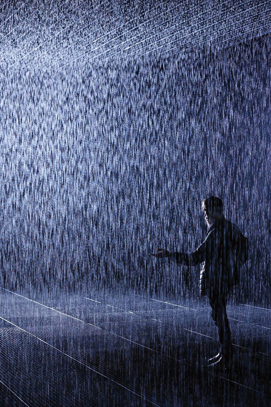 еще фото мужчина идущий под дождем будем