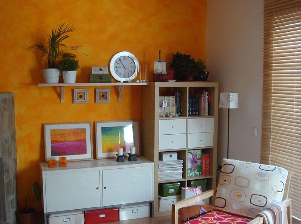 necesito ver fotos de estancias con paredes naranjas y blancas ...