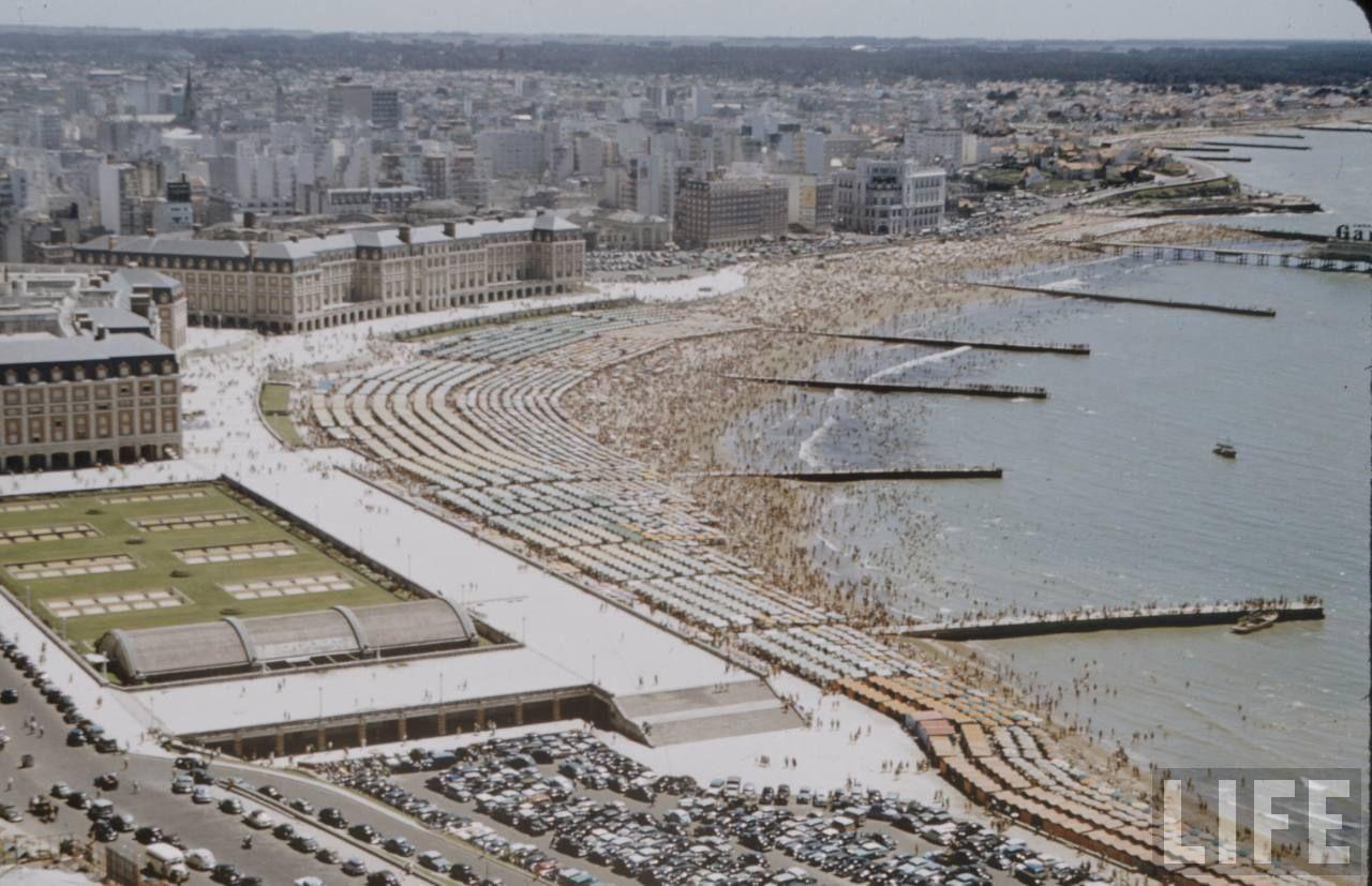 View of Argentine beach resort (Vista de la Playa). Fotógrafo: Dmitri Kessel. Archivo: Life Magazine 1958.                                                     #MardelPlata #MDQ #LifeMagazine