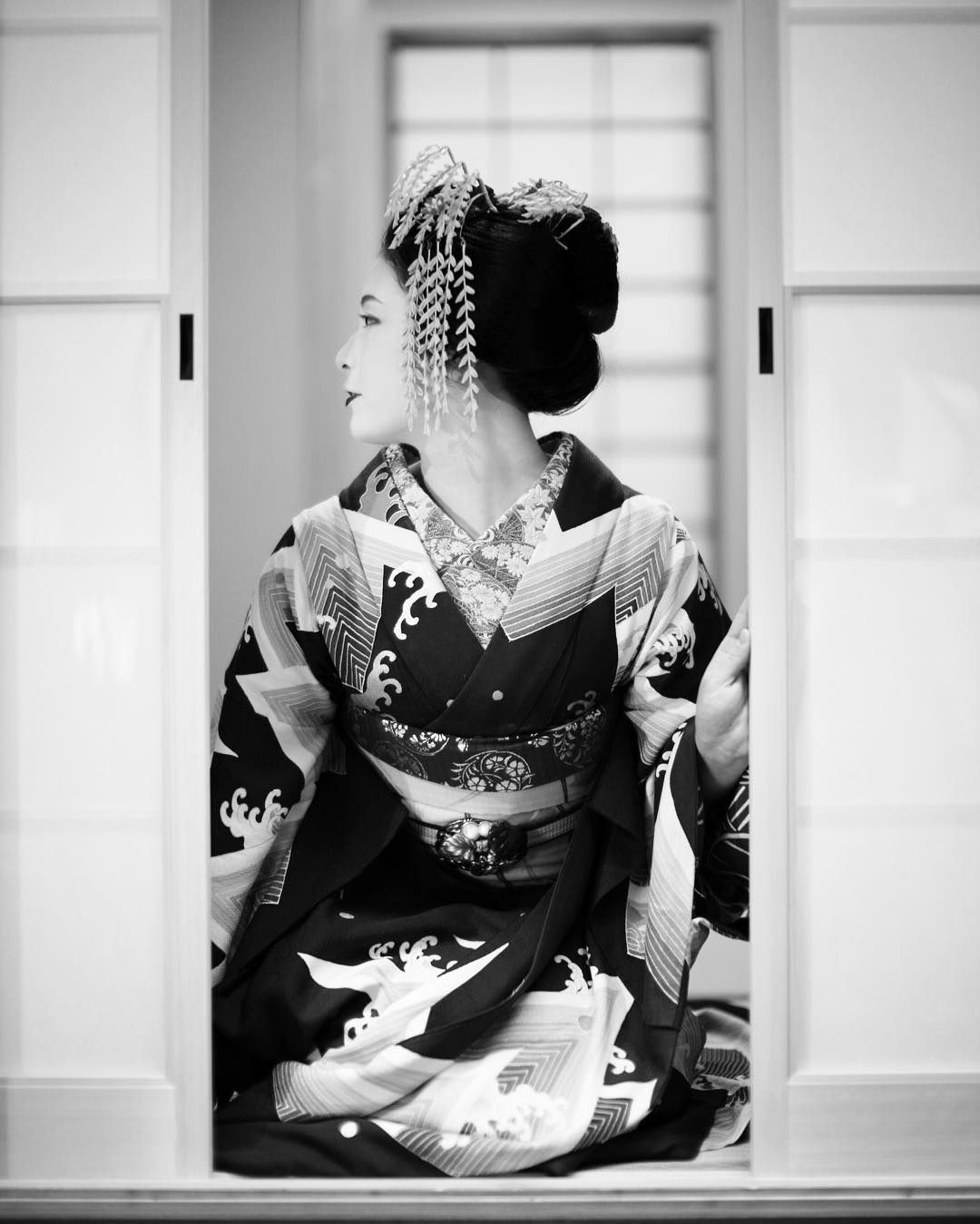 Black and white picture of the maiko Mitsuki. (Taken by yoshi.rcz and click here for the individual source)