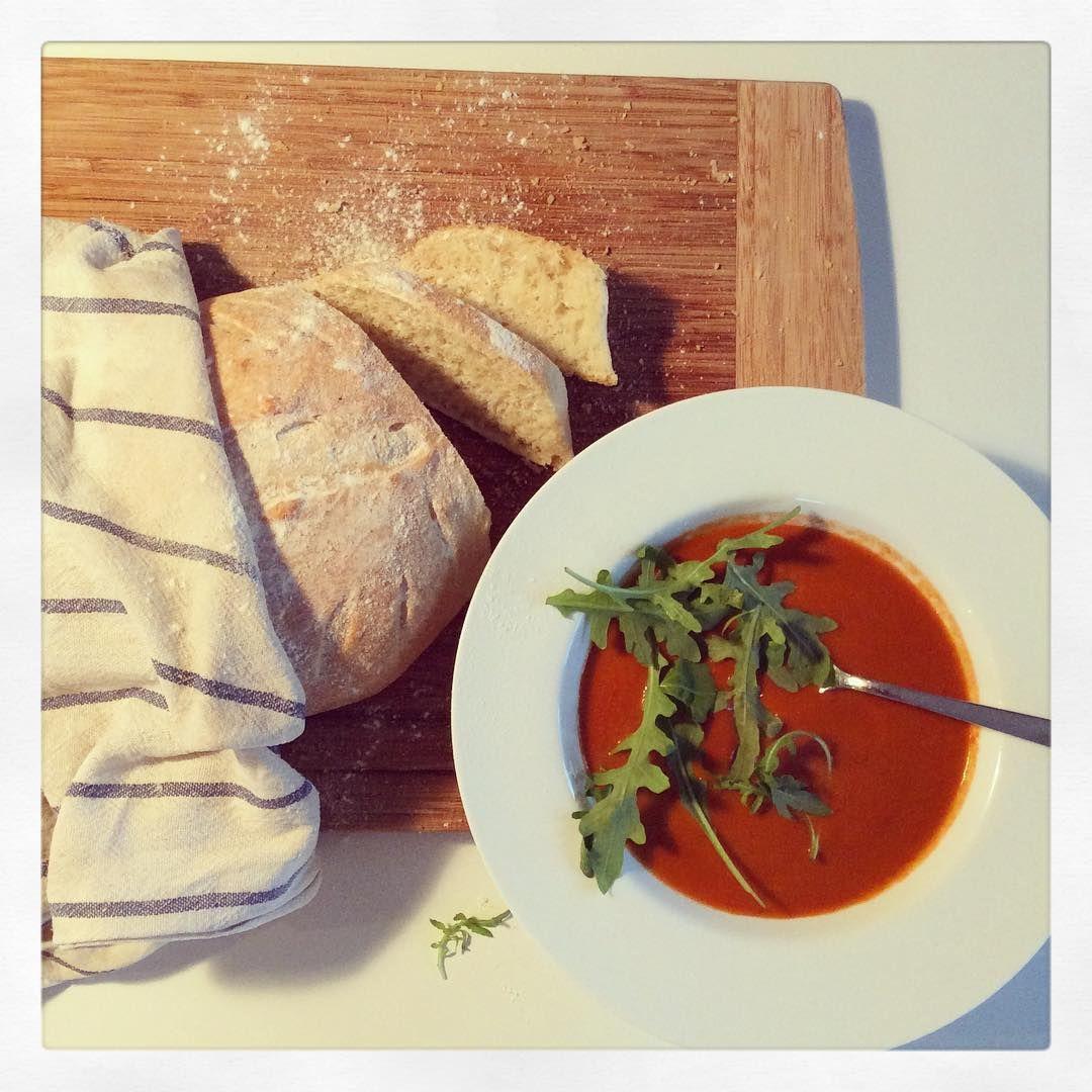 Dagens middag, en mustig tomatsoppa med nybakat lantbröd. Brödet gräddades på en smörad plåt och topp som penslades med smör. Frasigt och gott!