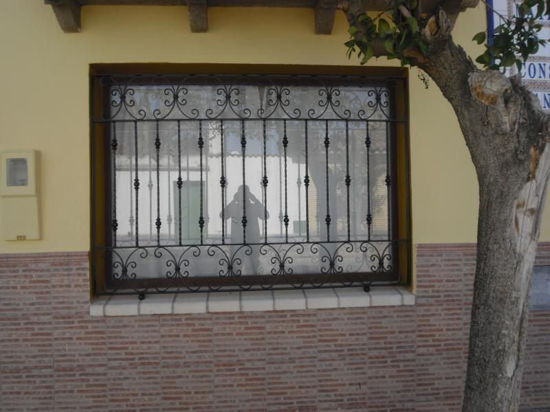 Resultado de imagen para rejas para ventanas en hierro - Rejas de hierro forjado ...