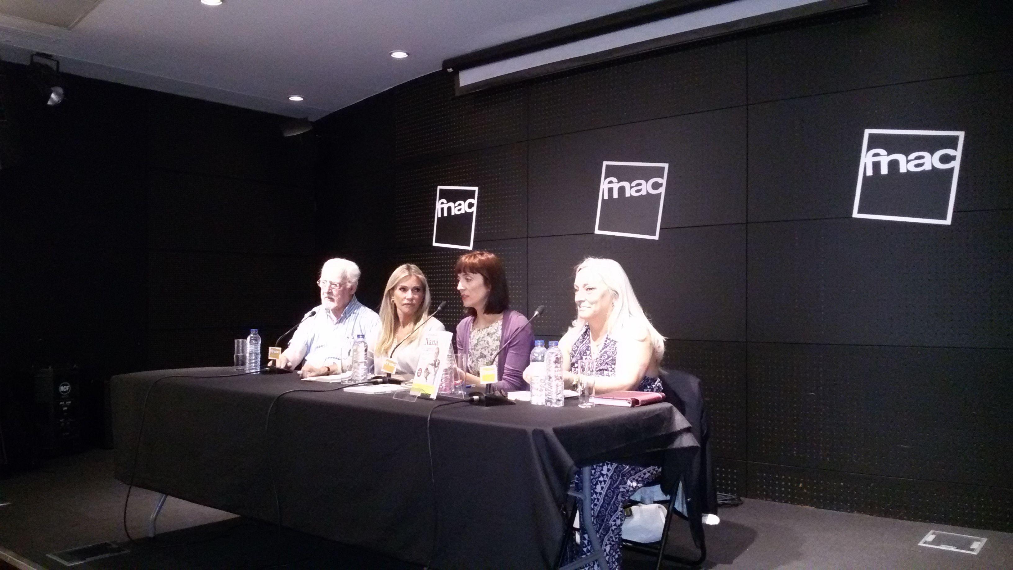 No lançamento do livro em Lisboa, na FNAC do CC Colombro. Da esquerda para a direita, Ruy de Carvalho, Cinha Jardim, que fez a apresentação, Inês Queiróz, directora da Matéria-Prima, e Paula de Carvalho.