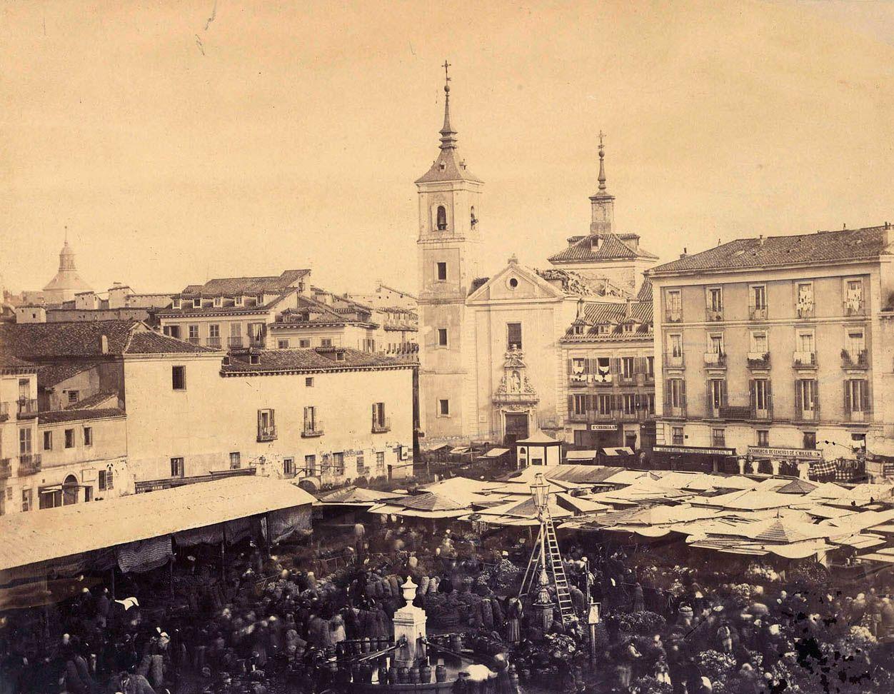 Plaza de la Cebada. La iglesia del fondo fue demolida en 1869. La foto es de 1860. J.Suárez. Biblioteca Nacional (Madrid)