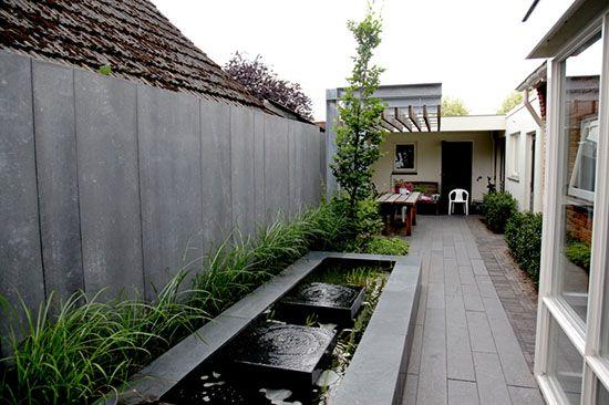 Niet alleen de pergola is van design kwaliteit, ook bij de schutting en de waterpartij is veel aandacht aan de vormgeving besteed. Een mooi voorbeeld hoe je van de smalle strook naast het huis een prachtige volwaardige tuin kunt maken.