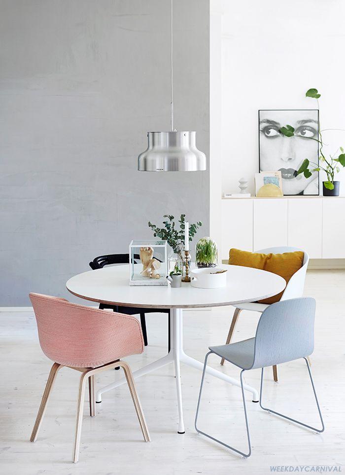 Dans Cette Salle A Manger Neutre Au Style Scandinaves Les Chaises Depareillees Couleur Paste Decoration Salle A Manger Table A Manger Ronde Coin Salle A Manger