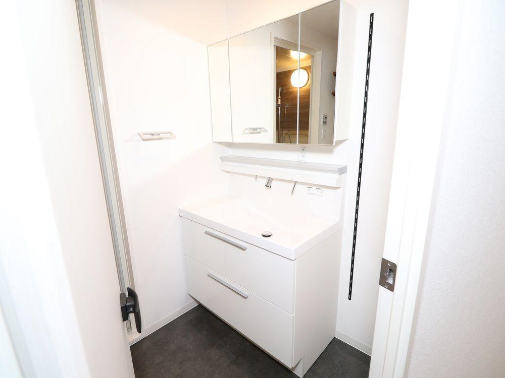 Lixilの洗面台 エルシィ Ys2 グロスホワイト とサンワカンパニーのプレーンvミラーボックスw900 三面鏡 の組み合わせ 玄関 洗面台 洗面台 ランドリールーム 収納