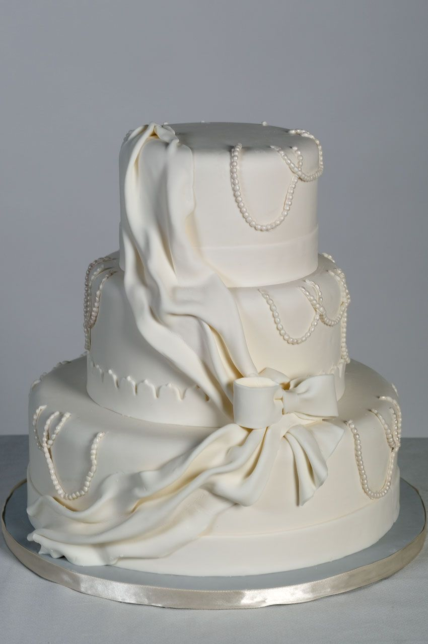 This display wedding cake is vailable for rent at ntalcakes