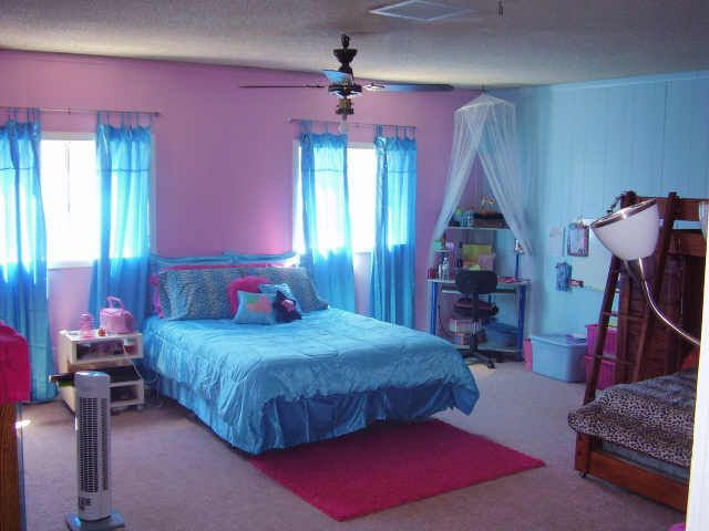 blue and pink teen room    rug blue and pink walls blue