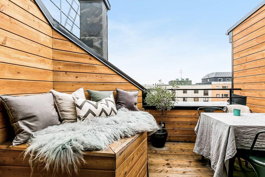 Mini Terraza En Un ático Con Una Mesita Plegable Y Un Banco