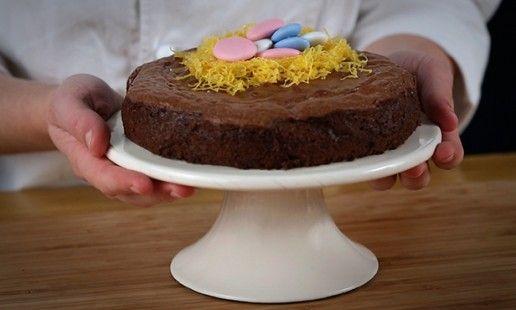Bolo de mousse de chocolate da Páscoa. Fica pronto em 30 minutos e toda a gente se derrete por este bolo. Terminado com fios de ovos e amêndoas da Páscoa está em sintonia total.