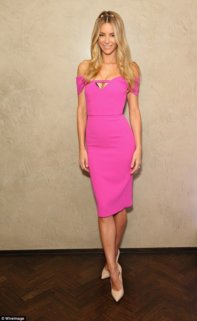 Jennifer Hawkins shows off her cleavage in a hot pink dress | Pinturas