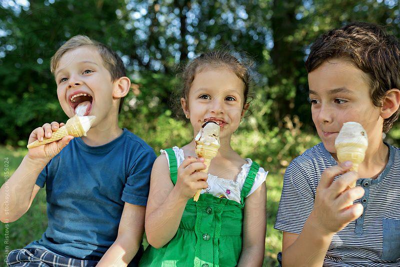 ест мороженое картинка