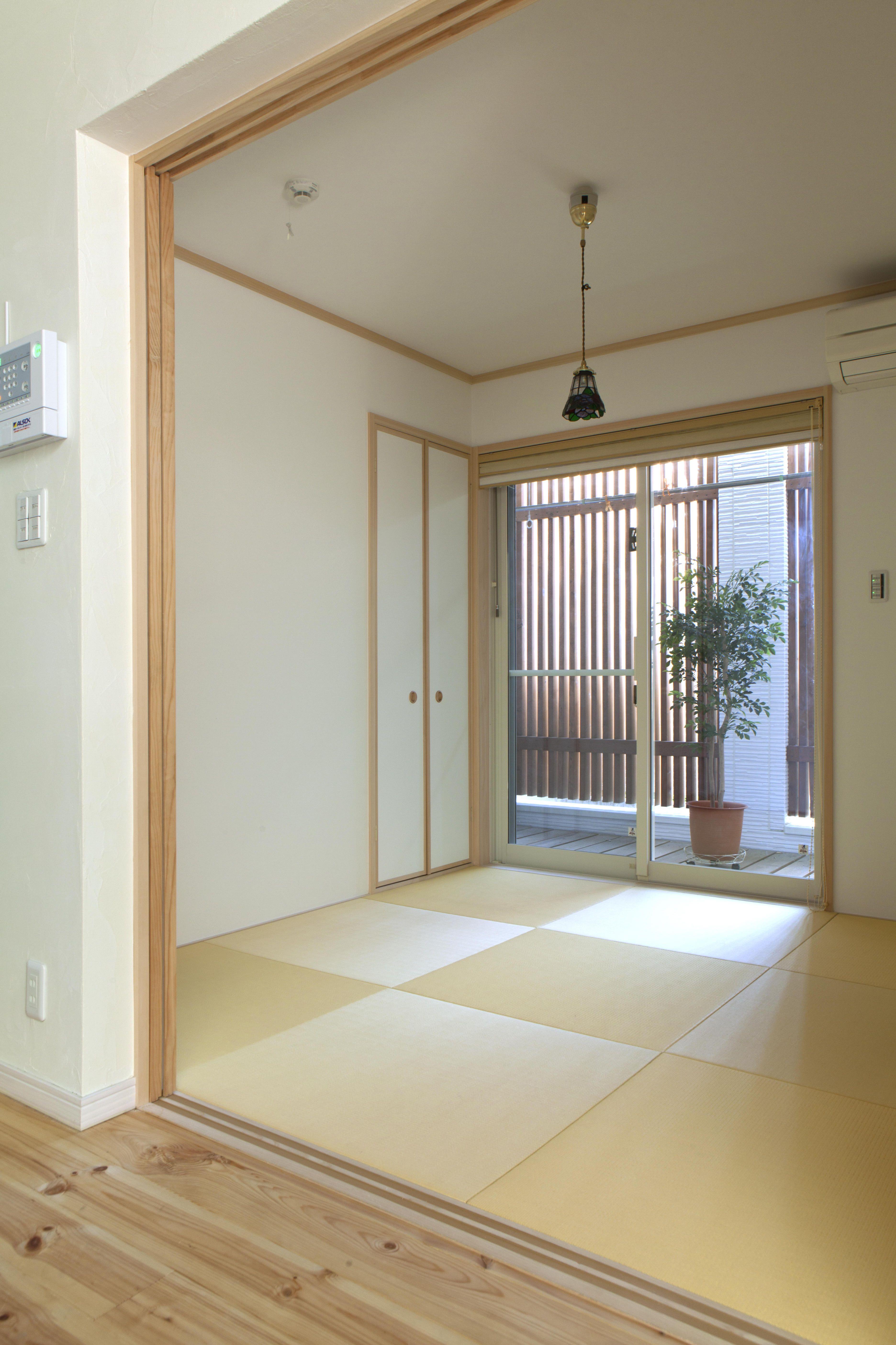 人通りの多い道路に面した和室は 小さなバルコニーを設け木の格子を