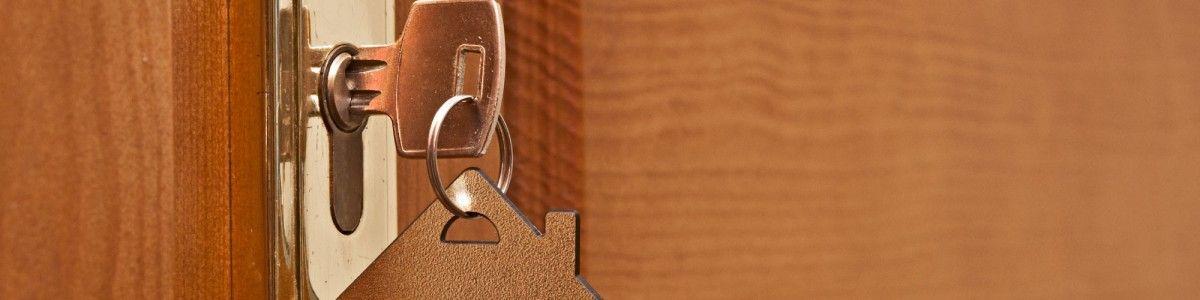 Une tentative d\u0027effraction ratée ou un claquement de porte peut - reparation de porte en bois