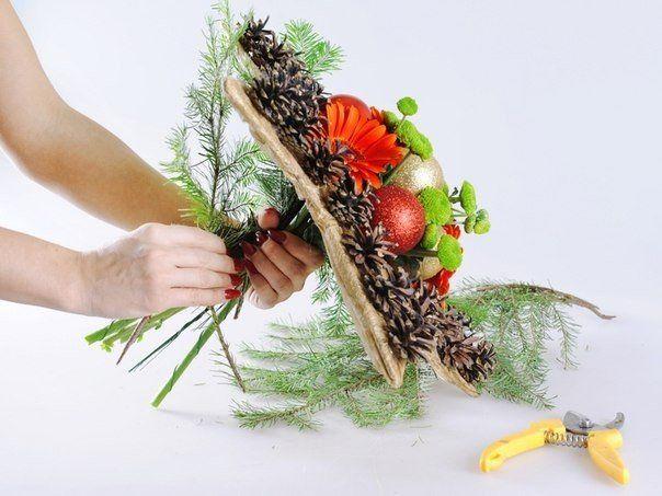 Vytvorte si vianočnú kyticu.. kvety môžete naaranžovať ľubovoľné…