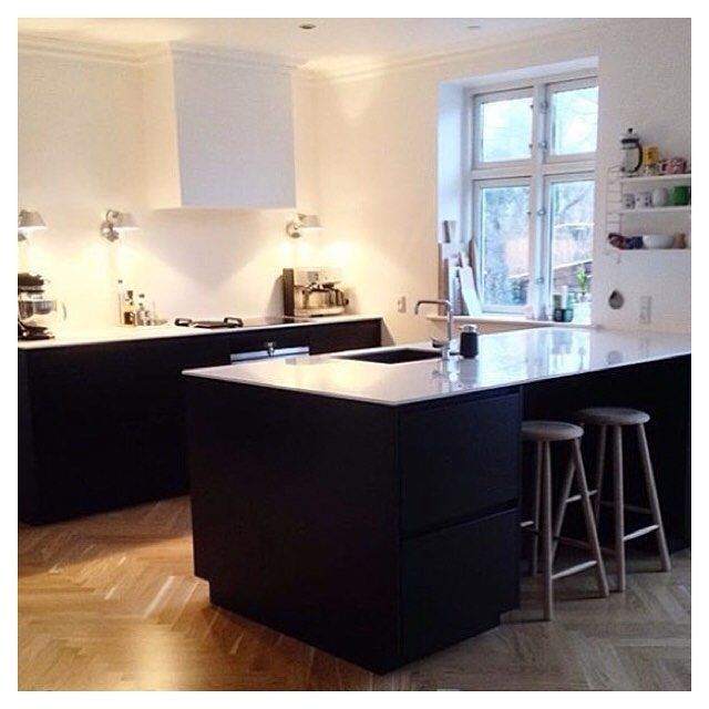 Black Tinta kitchen with white tabletop ✔️ Cred: @mariamejdahl  Tinta by Kvik. kvik Keukens. www.kvik.nl