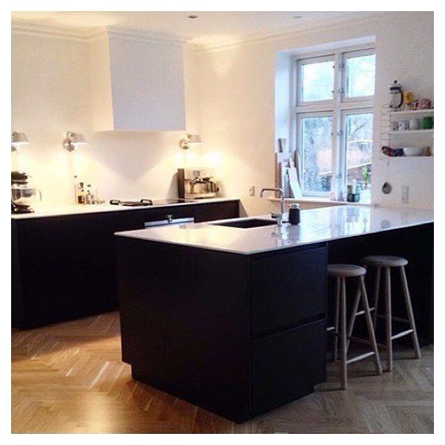 Black Tinta kitchen with white tabletop ✔️ Cred: @mariamejdahl  Tinta by Kvik. kvik Keukens. www.kvik.nl