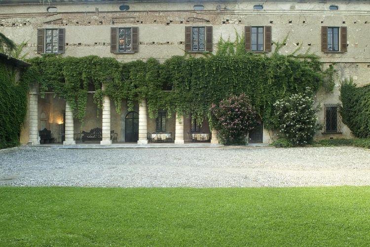 Palazzo Torri - L'attuale Palazzo Torri è stato dei Federici Della Corte, dei Foresti e (dall'ottocento) dei Torri. È un palazzo del '600, anomalo per la mancanza della classica pietra di Sarnico. Sulla facciata c'è una sproporzione fra le alte colonne (la cui altezza comprende anche il piccolo mezzanino) e il piccolo sopralzo del primo piano.
