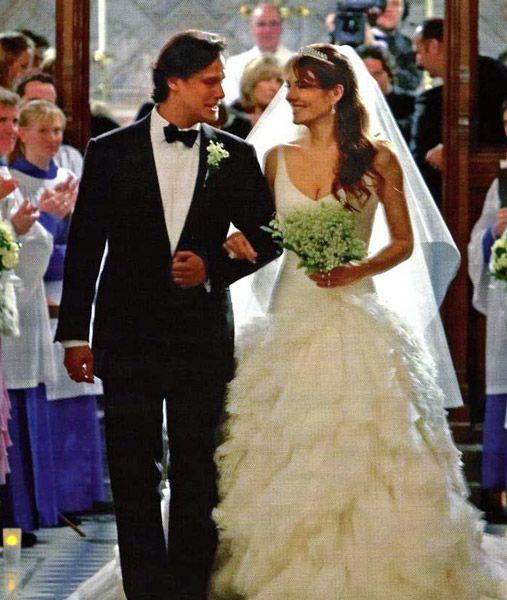 3b73e5b49 Ramos de los Famosos La actriz Elizabeth Hurley eligió uno muy elegante de  lirios del valle para su boda en el 2007