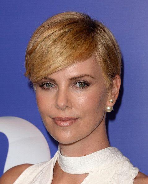 Haute Hairstyles For Women Over 40 In 2020 Charlize Theron Short