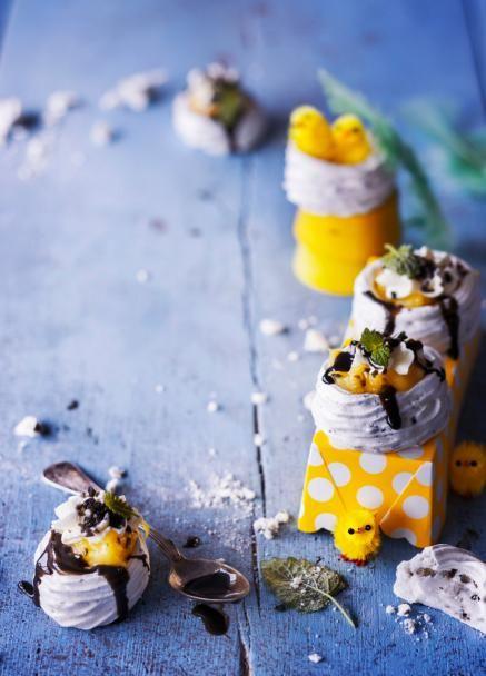 Supersöpöt ja minikokoiset sitruuna-lakritsipavlovat muistuttavat linnunpesiä. Sitruunatahnan, lakritsikastikkeen ja kermavaahdon koukuttava yhdistelmä tekee näistä pikkupesistä pääsiäisen suosikkijälkkäreitä!