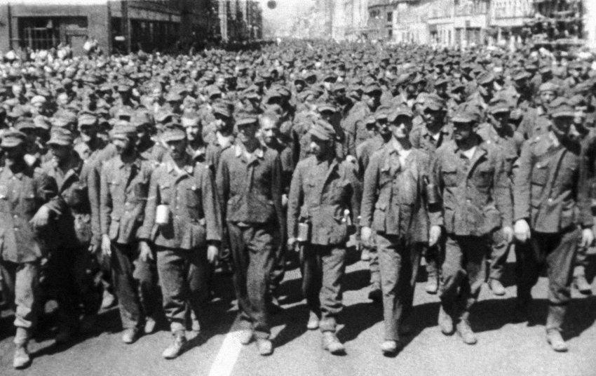 Impresionante foto de prisioneros alemanes capturados por el Ejército Rojo en Vitebsk, Minsk y Bobruysk. Via SPIEGEL ONLINE - International