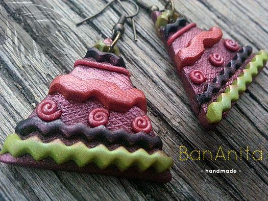 """Pendientes """"Tipo Tipi"""", 100% handmade realizados con arcilla polimérica (poly clay) en tono verde wasabi, granate, naranja y negro antracita con pigmentos en polvo verde, rojo caldero y negro antracita. Base con textura."""