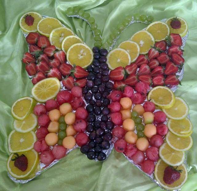 Decoraci n con frutas en forma de mariposa uvas y fresas - Decoracion de ensaladas ...