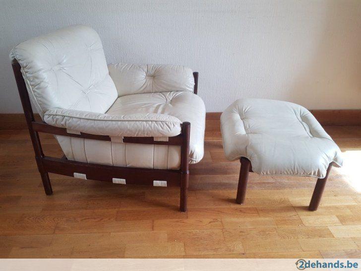 Wit creme leren fauteuil met voetenbankje de stoel is in een mooie