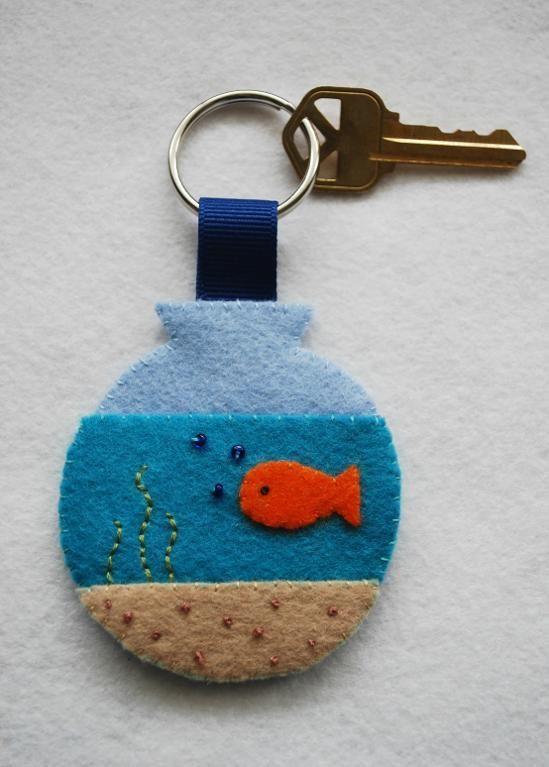 Portachiavi in feltro a forma di boccia dei pesci. Fishbowl key fob (free pattern!)