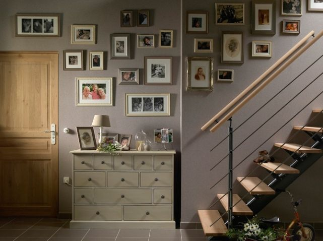 mur de cadres photos dans l 39 escalier cuisine pinterest mur de cadres cadres photos et. Black Bedroom Furniture Sets. Home Design Ideas