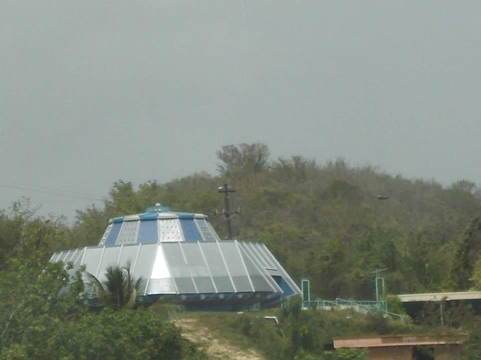 Casa que parece un platillo volador en el municipio de Juana Diaz, construida con materiales reciclados.
