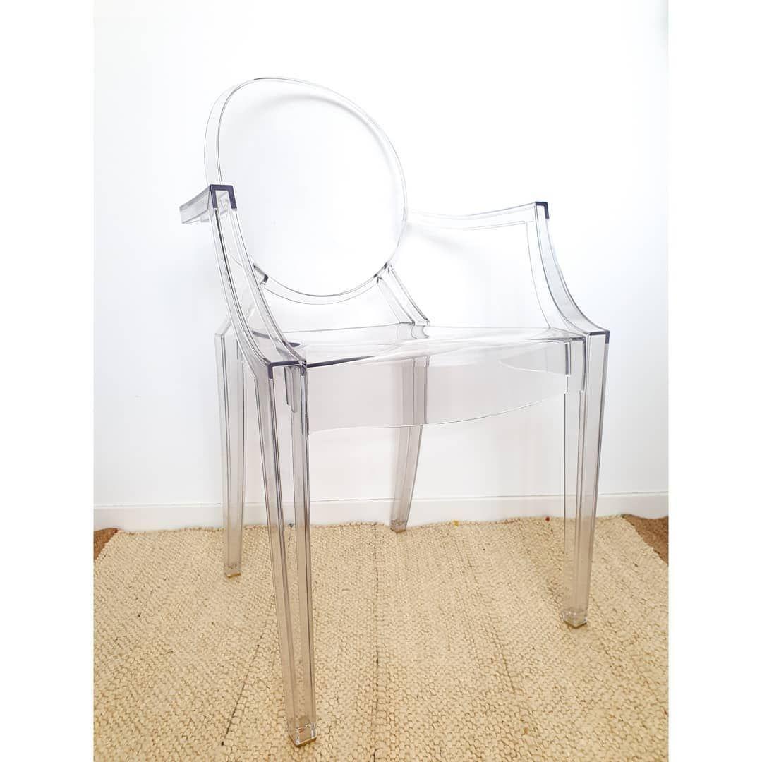 L Iconique Fauteuil Louis Ghost Par Philippe Starck Pour La Maison D Edition Kartell Inspire Des Fauteuils Louis Xv Il Est Fabriqu In 2020 Ghost Chair Decor Home