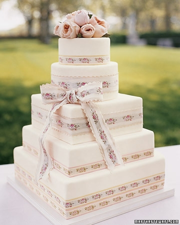 Dress up a simpler cake with flowers and ribbon #brownie #confectionery