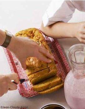 Cake carrots  3 eggs, 150 g de sucre roux   450 g de carottes râpées   350 g de farine à gâteaux   20 cl d'huile de colza   le jus de 1/2 orange  1 c. à café de cannelle en poudre