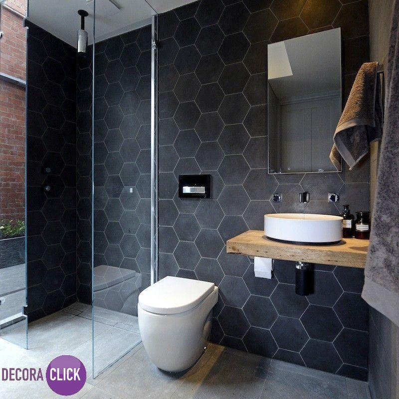 Decoração de Interiores – Banheiros   Neste banheiro moderno, o revestimento hexagonal é uma ótima alternativa aos formatos tradicionais, trazendo charme e irreverência. Para contrastar com o grafite, louças brancas com design moderno e clean.  Projeto: Kyal e Kara  Veja mais em nosso blog!  goo.gl/a9REIU