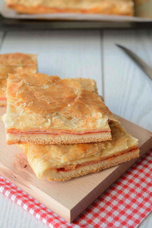 Dalle strade di Napoli alla vostra tavola: una ricetta sciuè sciuè per preparare a casa la pizza parigina, il grande classico dello street food partenopeo