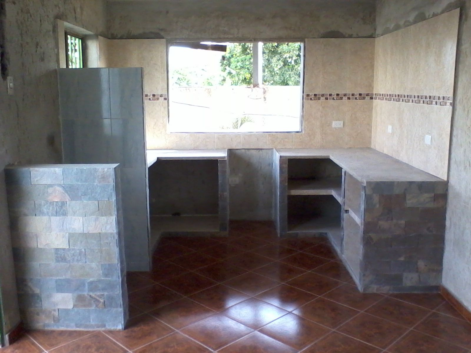 Cocina en mamposteria recubierta con ceramica y laja for Cocinas integrales de concreto pequenas